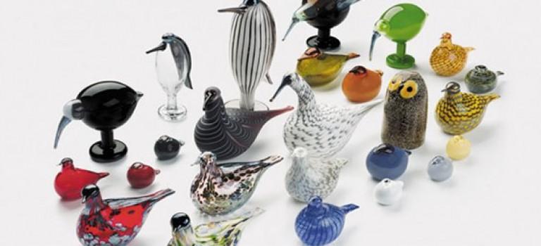 پرنده های فیگوراتیو در میان لوازم خانه و آشپزخانه