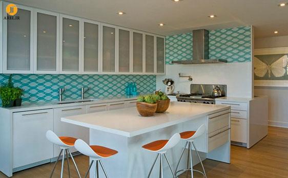 تزیین دیوار پشت سینک با طرح هندسی سرامیک ها در دکوراسیون آشپزخانه