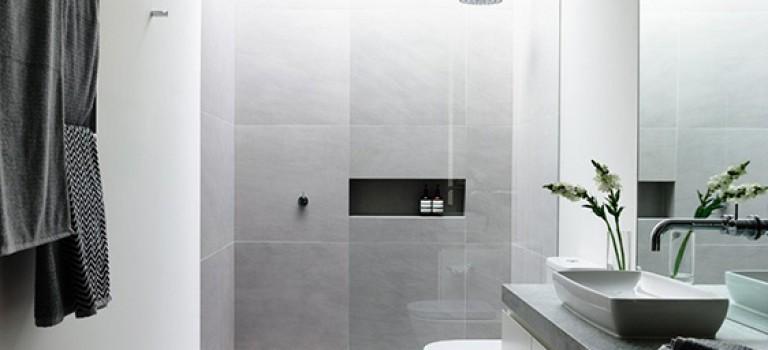 ۱۰ نمونه دکوراسیون داخلی سرویس بهداشتی با رنگ های سفید و خاکستری