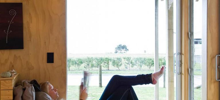 ۷ نمونه طراحی کاناپه برای جلوی فضای پنجره