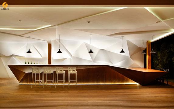 شرکت معماری Studio Otto Felix دکوراسیون داخلی رستوران نوستروس واقع در سائو پائولو، برزیل را انجام داده است. ایده آنها در طراحی این رستوران، خلق معماری شیک و مدرن است در عین آن که دارای روح و شخصیت باشد. برای آن که اجرا سریع و راحت انجام شود از سازه چوبی برای سقف و کف استفاده کردند و با این کار فضایی دعوت کننده و گرم و صمیمی به وجود آوردند ولی همچنان چالشی در دکوراسیون داخلی رستوران وجود داشت. طراحی داخلی : رستوران نوستروس برای پیشخوان کافه موجود در رستوران، کانتری از جنس چوب به طول 8/15 m طراحی شد و در پشت آن، سازه ای گچی یرروی دیوار قرار گرفت تا با این کار توجه مشتریان را جلب کنند. از صفحات زاویه دار برای پوشش گچی دیوار استفاده کردند تا این قسمت از رستوران را تعریف کنند. طراحی داخلی : رستوران نوستروس برای ایجاد تعادل در پروژه شرکت Studio Otto Felix تصمیم گرفت از اشیاهای سنتی در ساختمان استفاده کند. بدین منظور یک دیوار سنگی با شومینه ای در آن، میز های چوبی و صندلی هایی با روکش کتان، یک مبل بزرگ 4 طرفه، یک میز یک طرفه با صندلی های دسته دار قرار گرفته و سالنی دنج و راحت ایجاد شده است. طراحی داخلی : رستوران نوستروس طراحی داخلی : رستوران نوستروس طراحی داخلی : رستوران نوستروس طراحی داخلی : رستوران نوستروس طراحی داخلی : رستوران نوستروس طراحی داخلی : رستوران نوستروس طراحی داخلی : رستوران نوستروس طراحی داخلی : رستوران نوستروس طراحی داخلی : رستوران نوستروس