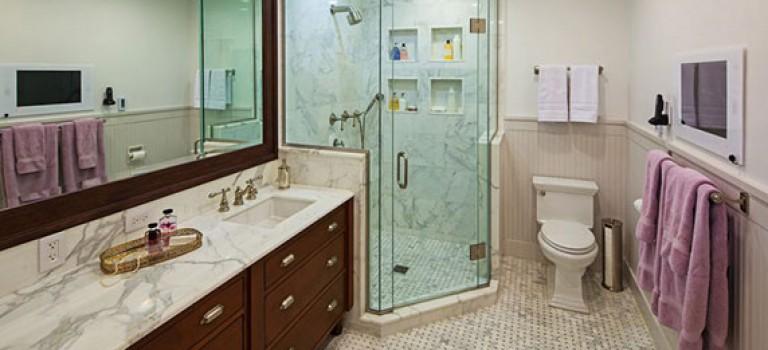 چند ایده دکوراسیون سرویس بهداشتی کوچک: استفاده از کنج ها برای نصب دوش