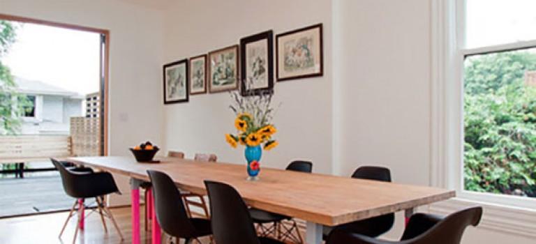 با رنگ کردن پایه های مبلمان چوبی دکوراسیون منزل خود را زیبا و متفاوت کنید
