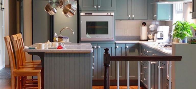 دکوراسیون داخلی آشپزخانه با کابینت های طوسی + بررسی ۲۰ ایده