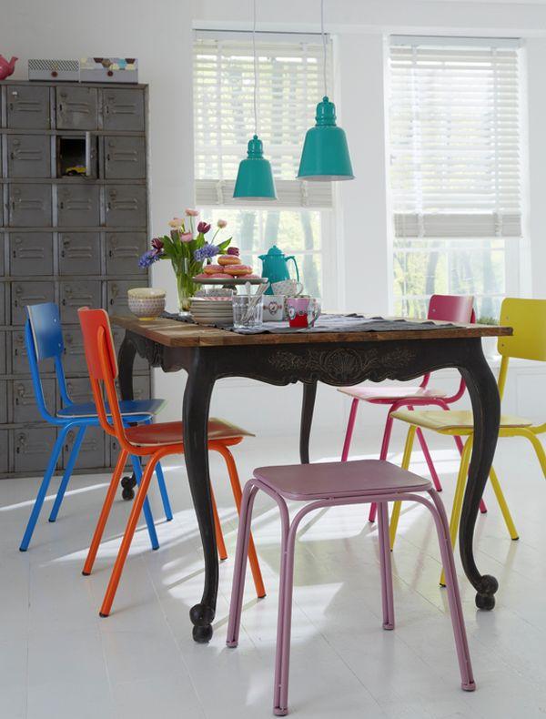 ایده هایی برای استفاده از صندلی های رنگارنگ برای میز غذاخوری