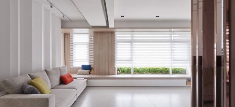 دکوراسیون داخلی خلاقانه ی خانه ای با کمدهای فراوان و دیوارهای سفید