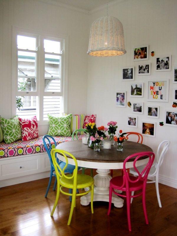 ایده هایی برای استفاده از صندلی های رنگارنگ برای میز نهار خوری