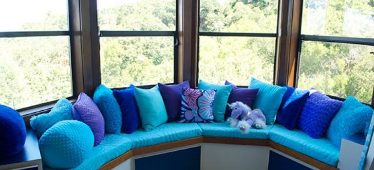 ایجاد فضای نشیمن دنج در کنار پنجره