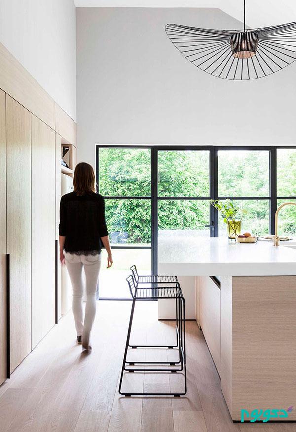دکوراسیون داخلی مدرن آشپزخانه با پانل های چوبی روشن